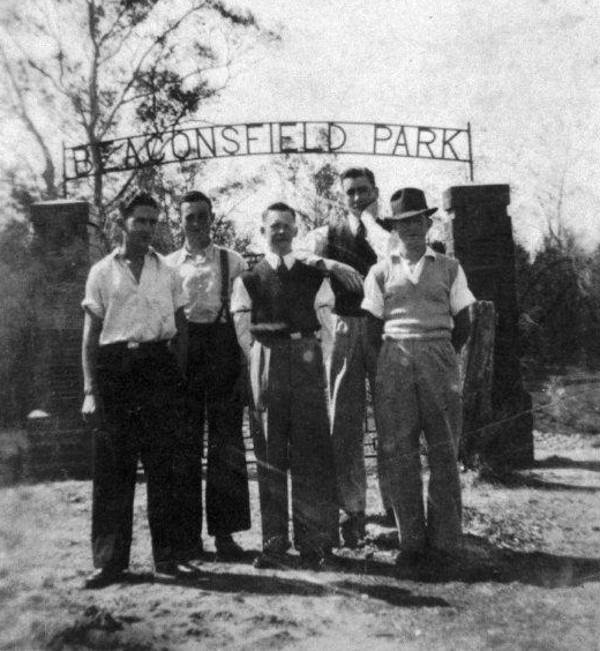 Beaconsfield-Park-Gates-01